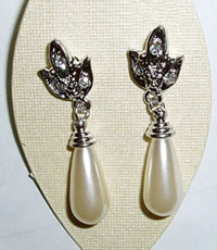 Small pearl and diamond alloy earrings